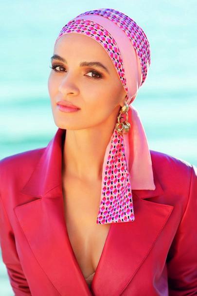 Mayte med pink geometrisk mønster flot hovedbeklædning med lange bindebånd fra Gisela Mayer