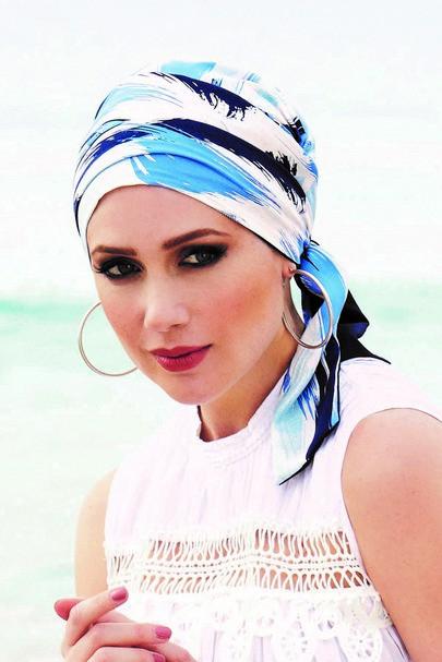Mayte i blå farver hovedbeklædning med lange bindebånd fra Gisela Mayer